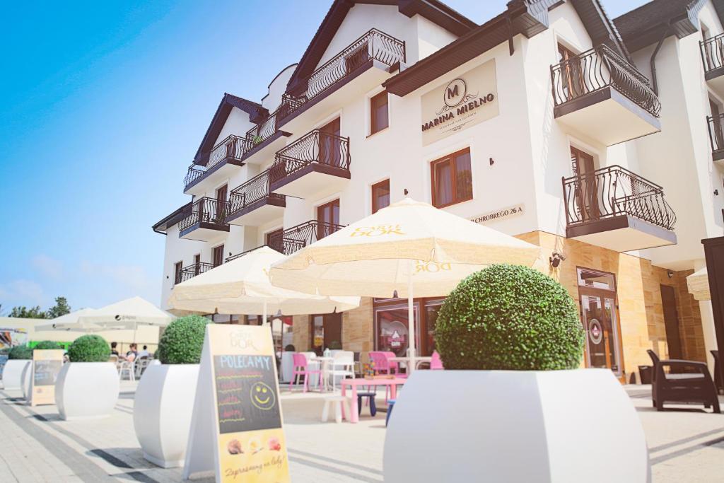 Restauracja lub miejsce do jedzenia w obiekcie Marina Mielno z widokiem na jezioro
