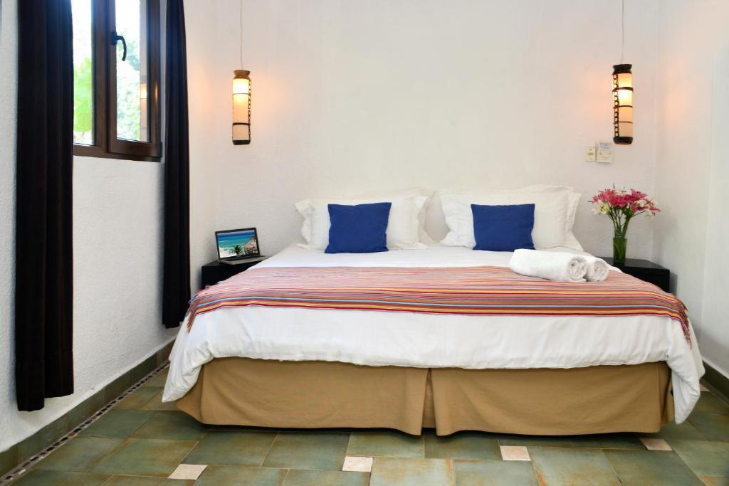 A bed or beds in a room at Hotel Club Yebo