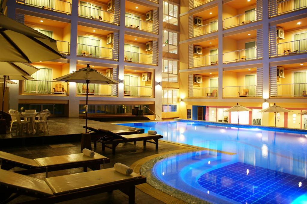 The swimming pool at or close to Best Bella Pattaya