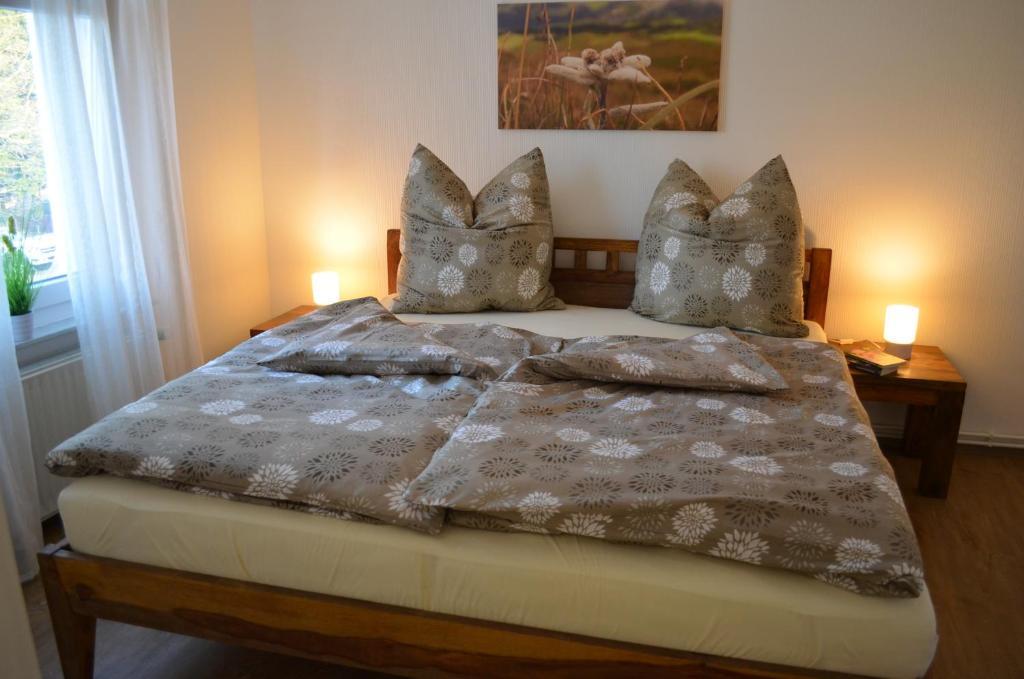 Ein Bett oder Betten in einem Zimmer der Unterkunft Ferienwohnung Edelweiss