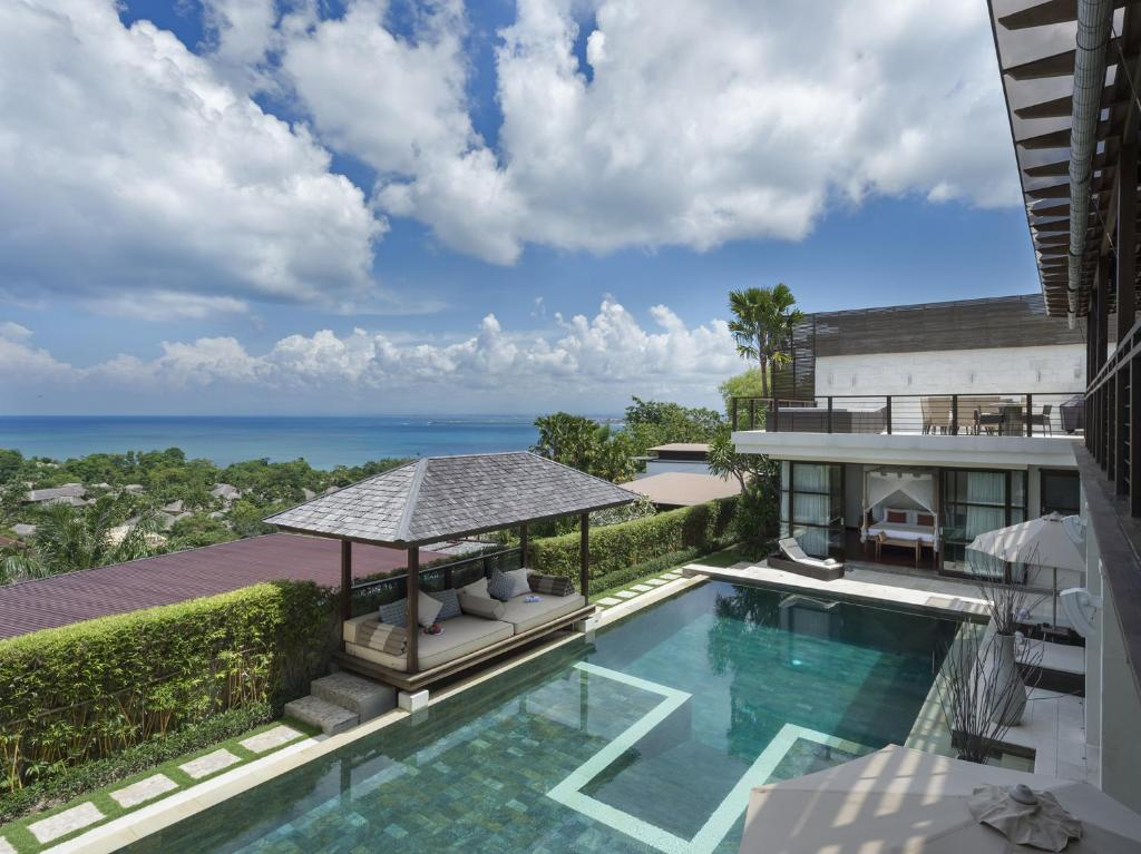 A view of the pool at Villa Jamalu or nearby