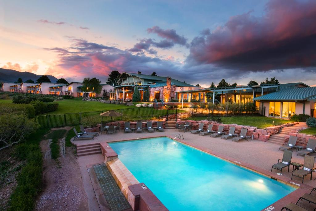 The swimming pool at or close to Garden of the Gods Club & Resort