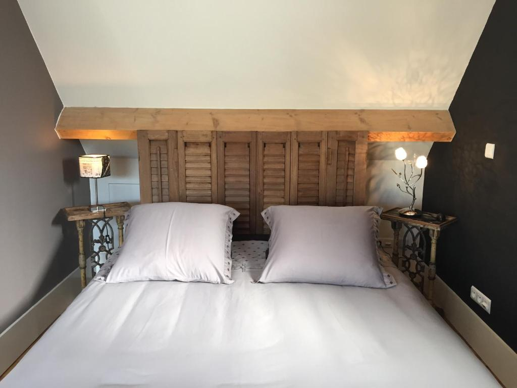 A bed or beds in a room at Beauséjour-Porte de Versailles Expo
