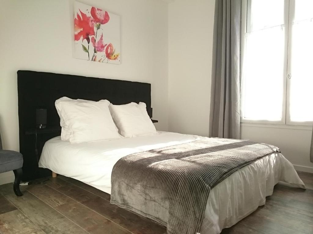 A bed or beds in a room at Maison de Ville
