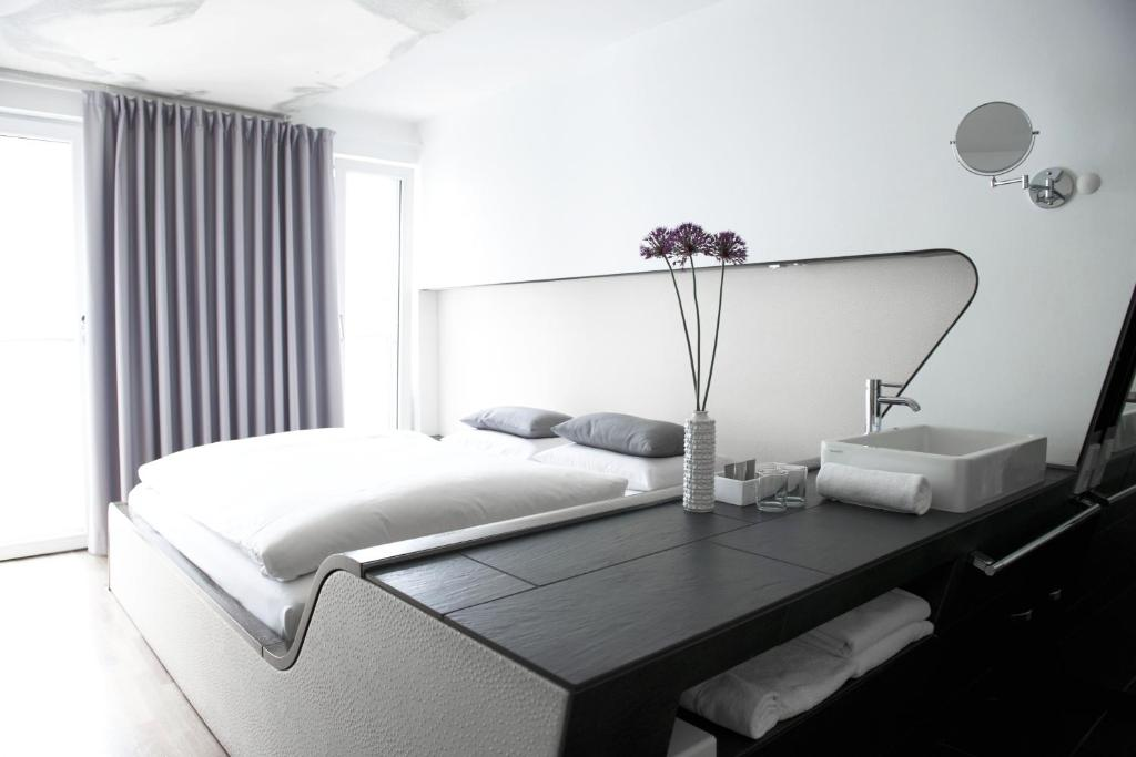 A bed or beds in a room at Hotel Q! Berlin