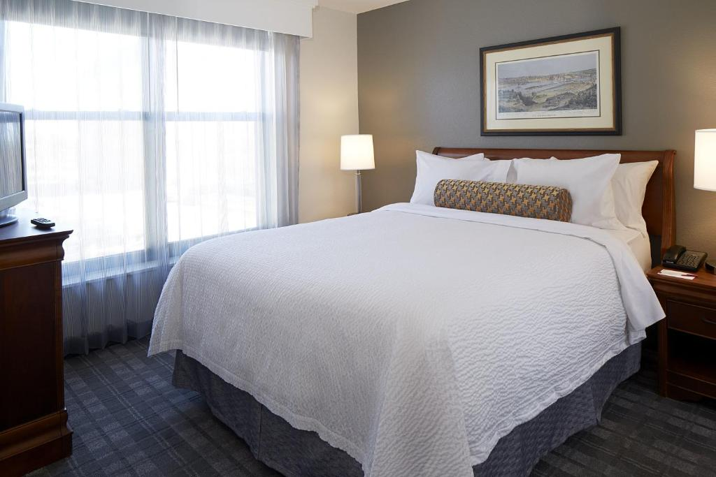 A bed or beds in a room at Residence Inn Minneapolis Downtown at The Depot