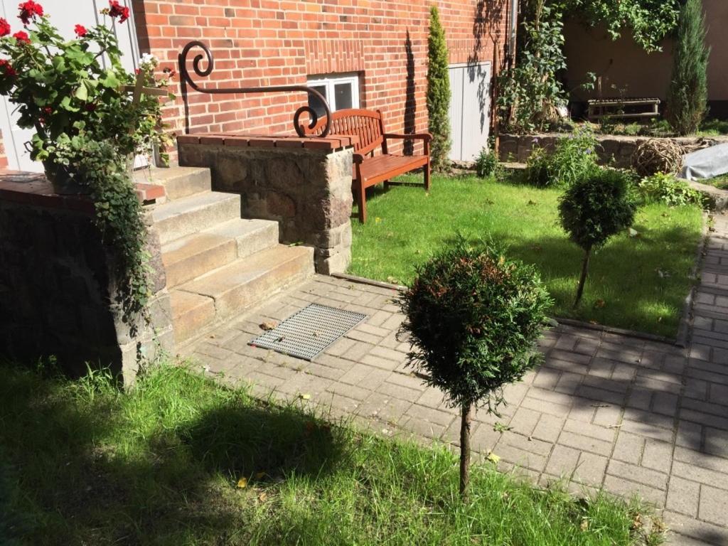Ein Garten an der Unterkunft Apartment am Schloßpark