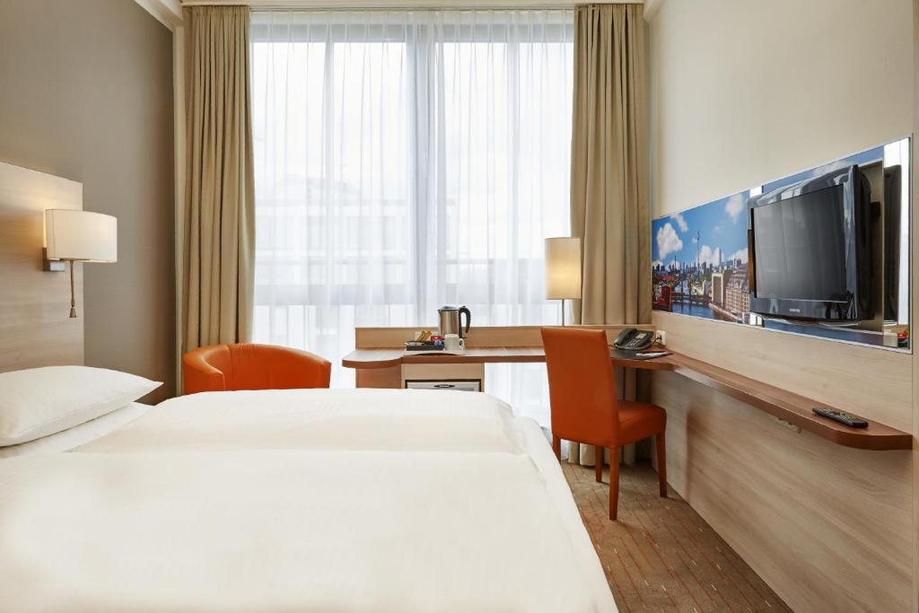 A bed or beds in a room at H+ Hotel Berlin Mitte