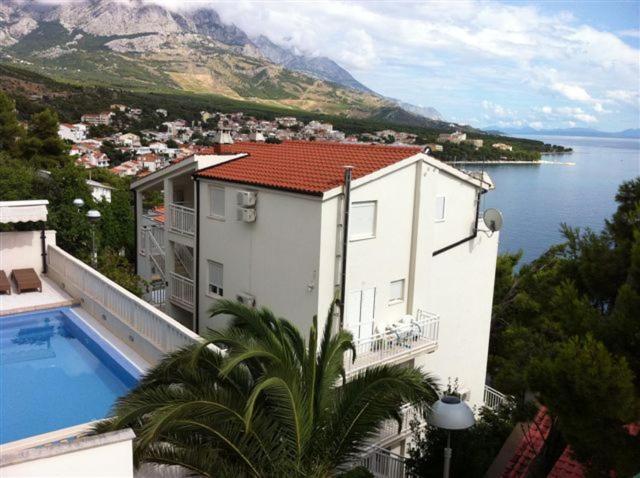 Výhled na bazén z ubytování Villa Maja nebo okolí