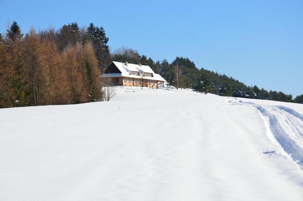 Obiekt Schronisko Górskie nad Smolnikiem zimą