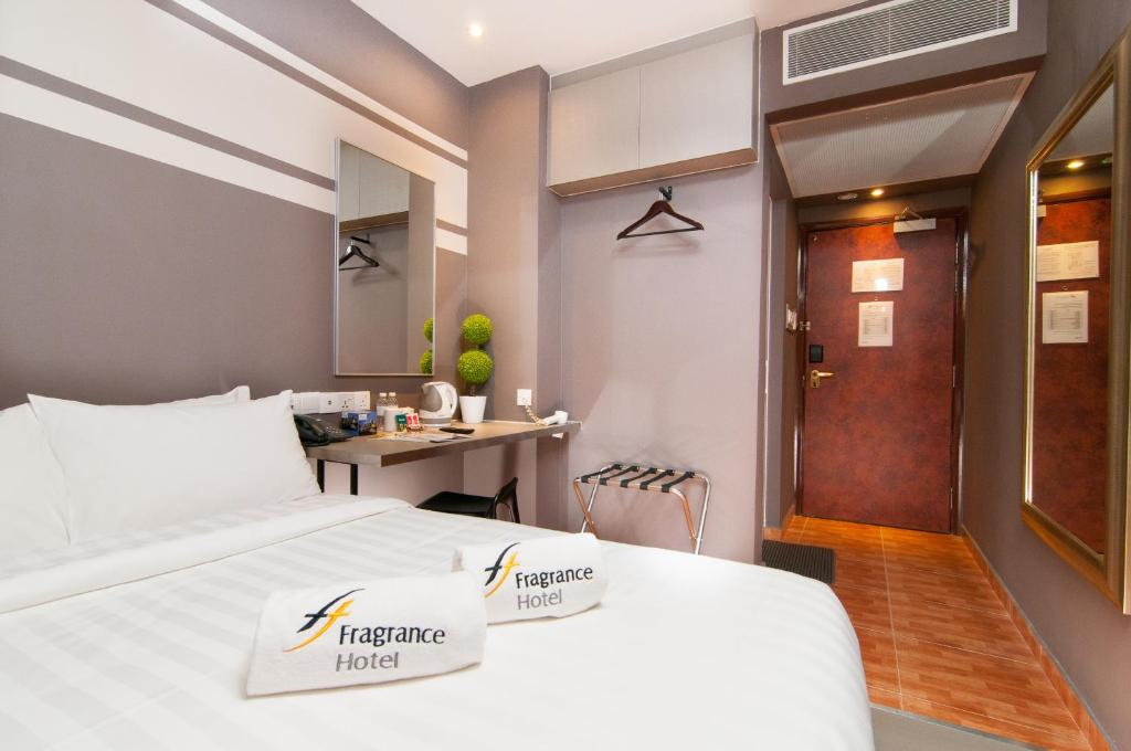 A bed or beds in a room at Fragrance Hotel - Kovan (SG Clean)