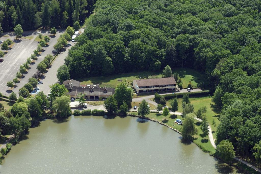 Vue panoramique sur l'établissement Hotel Restaurant des Lacs