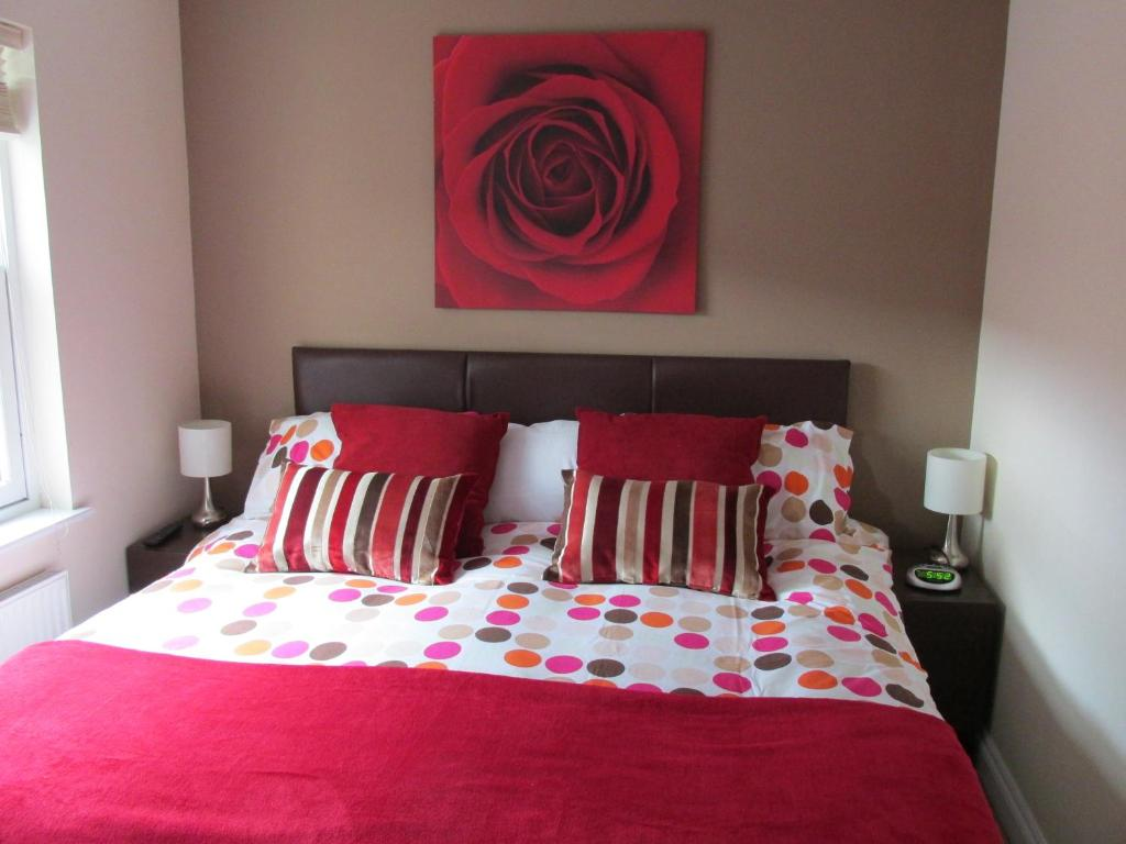 A bed or beds in a room at Bath Breaks Apartments
