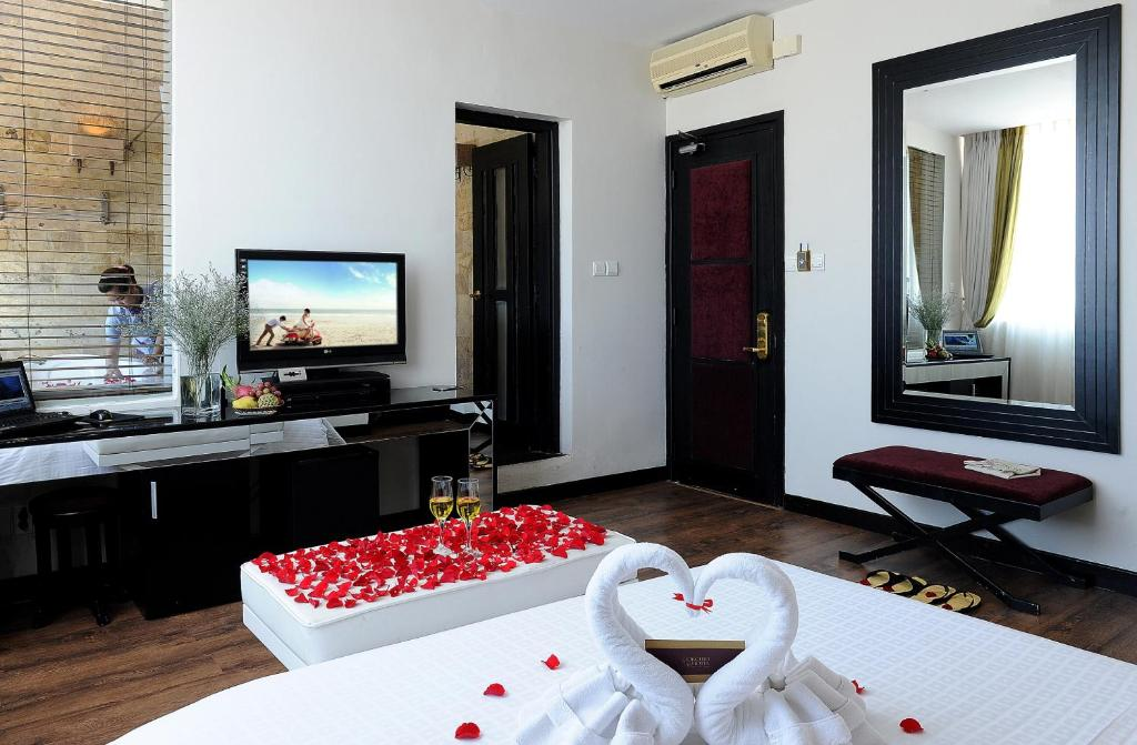A television and/or entertainment centre at Orchid Hotel