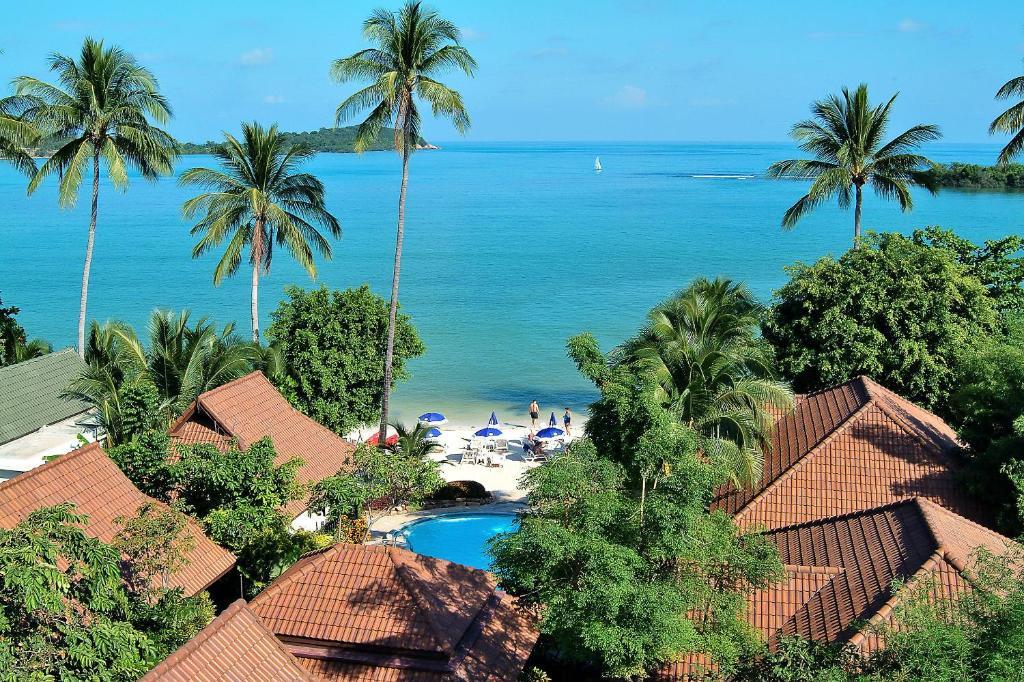 Вид на бассейн в Samui Natien Resort или окрестностях