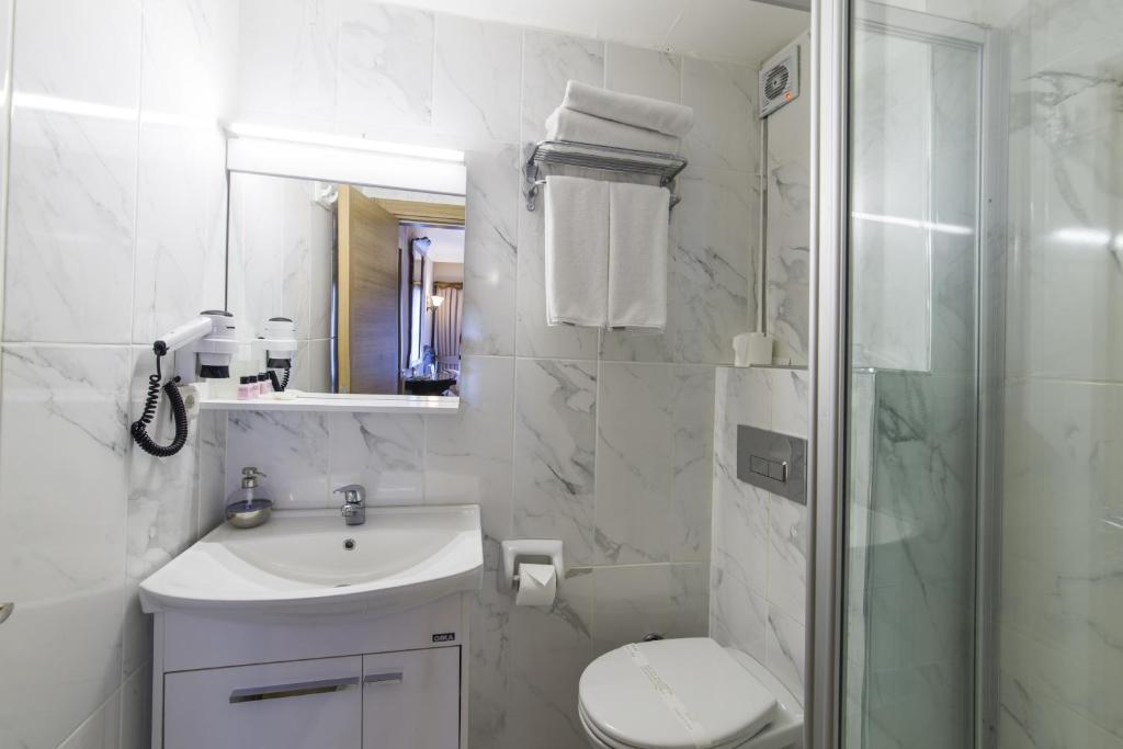 A bathroom at Naz Wooden House Inn