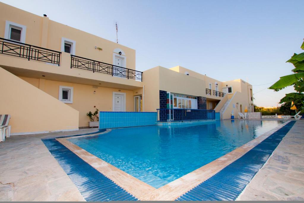 Het zwembad bij of vlak bij Manine Apartments