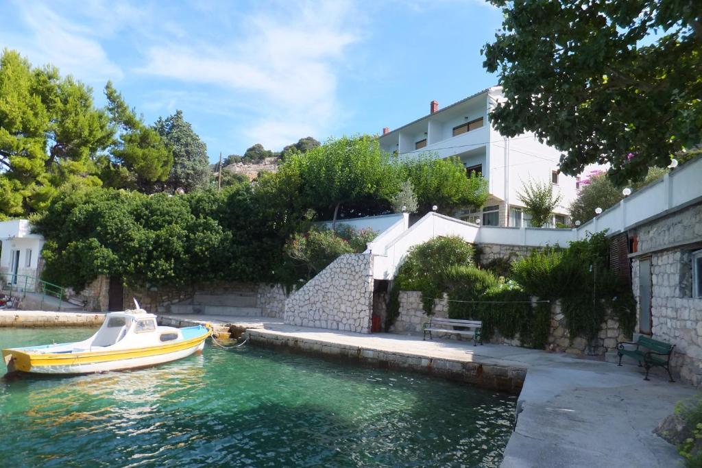 Der Swimmingpool an oder in der Nähe von Apartment Justić