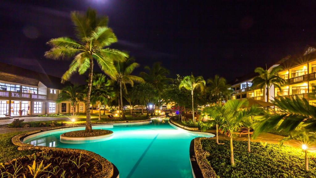Het zwembad bij of vlak bij Amani Tiwi Beach Resort