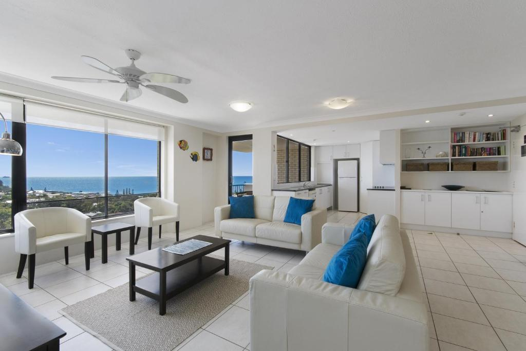 A seating area at Burgess @ Kings Beach Apartments