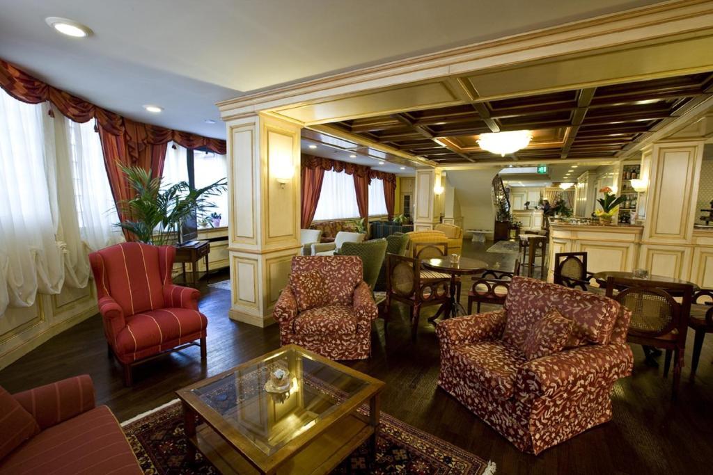 A seating area at Hotel De La Ville