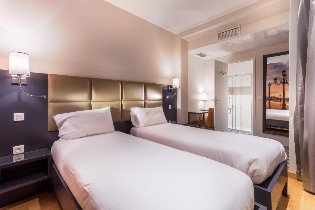 A bed or beds in a room at Hotel Jenner