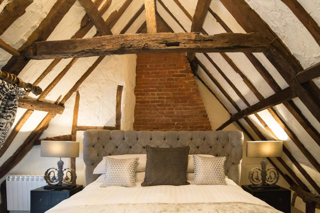 A bed or beds in a room at Kings Head Bawburgh