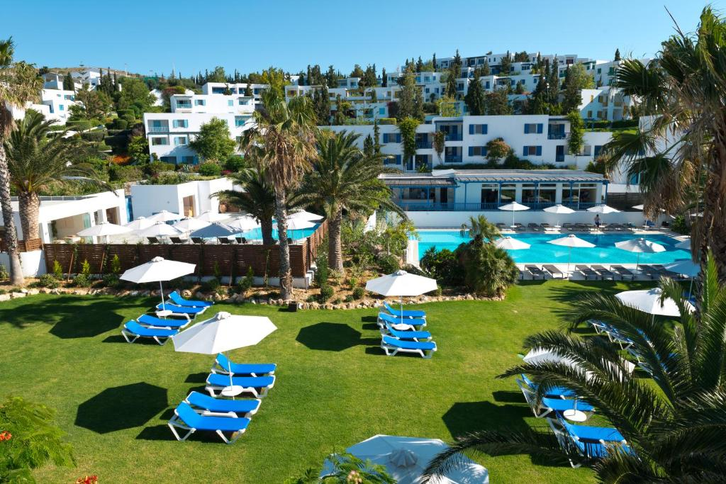A view of the pool at Robinson Club Daidalos or nearby