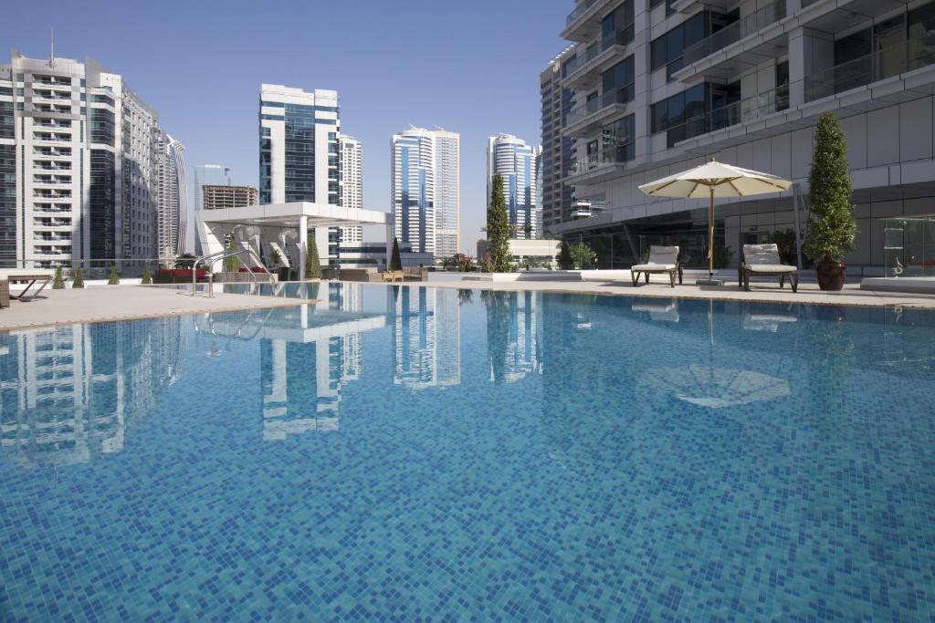 Basen w obiekcie La Verda Suites and Villas Dubai Marina lub w pobliżu