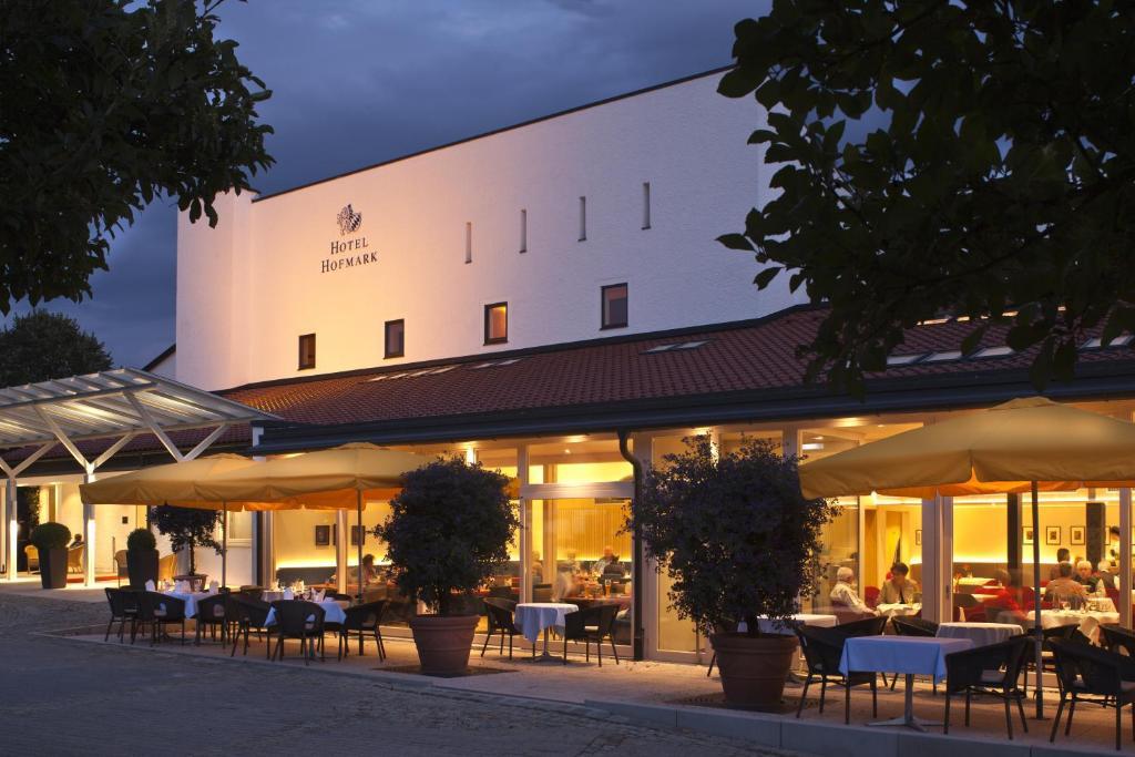 Ein Restaurant oder anderes Speiselokal in der Unterkunft Hotel Hofmark