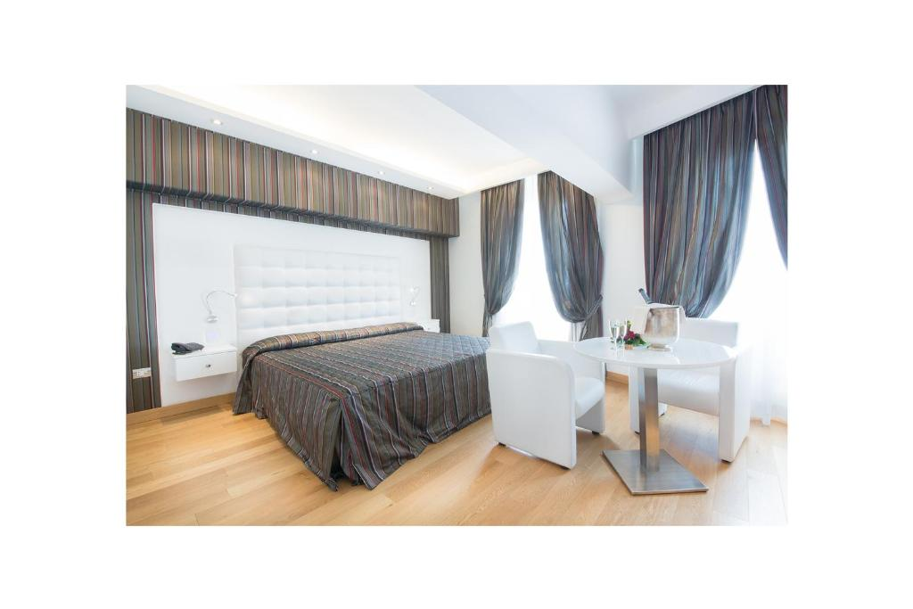 A bed or beds in a room at Hotel Royal Caserta