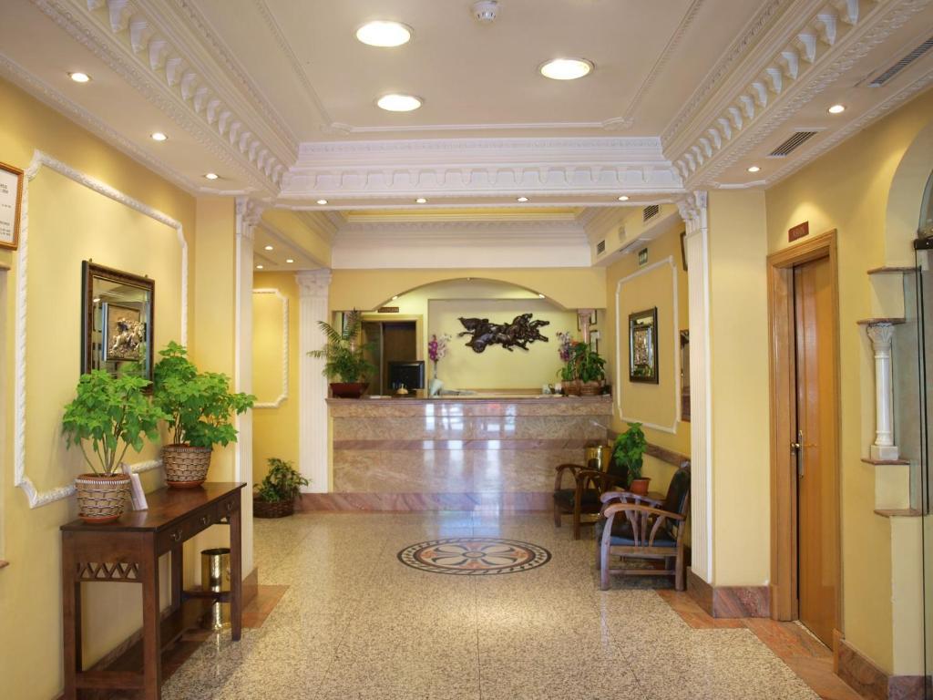 Лобби или стойка регистрации в Hotel Don Luis