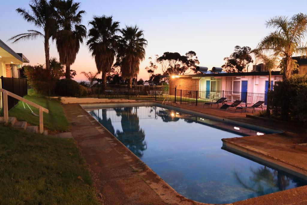 The swimming pool at or near Absolute Lakes Entrance Motel