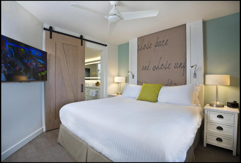 A bed or beds in a room at Beach House Suites by the Don CeSar