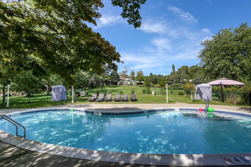 The swimming pool at or near Hamlet Inn