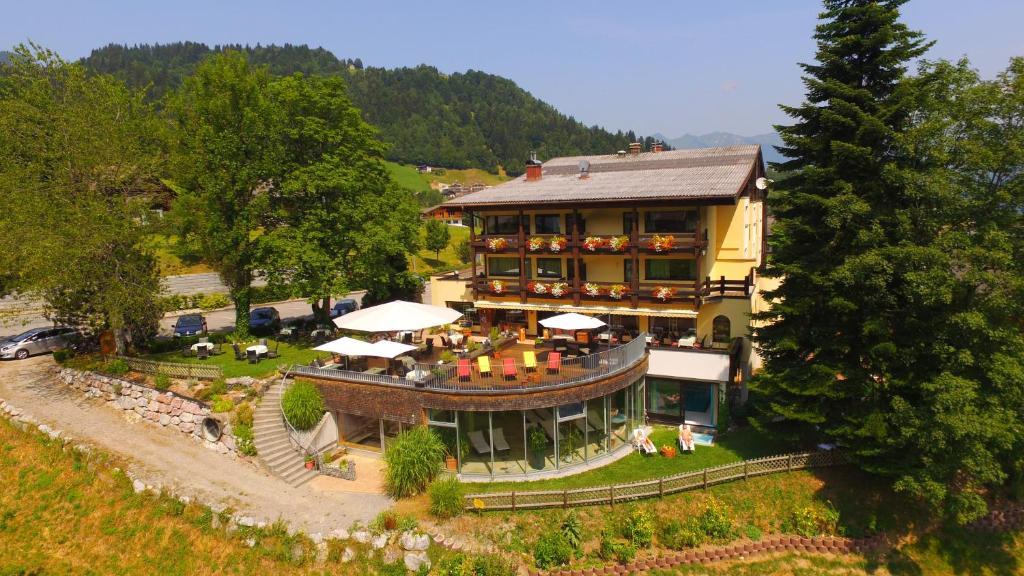 Blick auf Naturhotel Taleu aus der Vogelperspektive