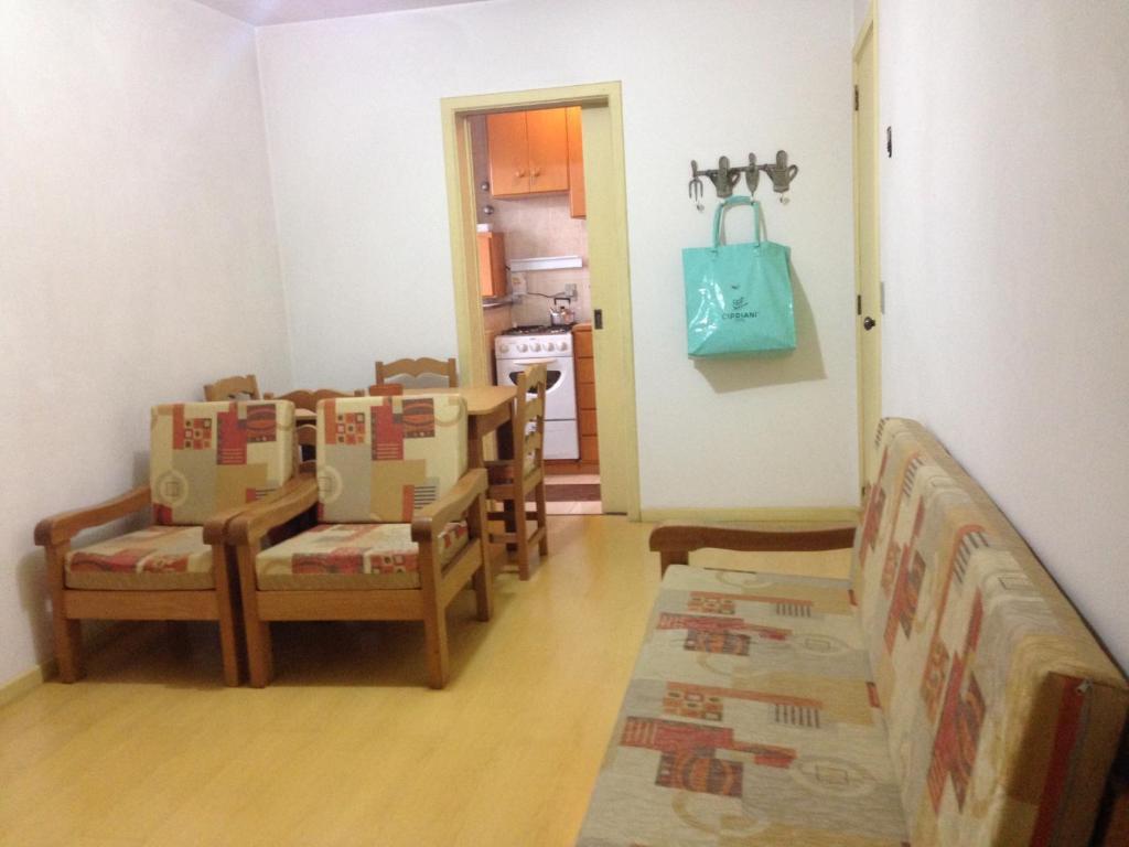 A seating area at Apto 504 no Solar das Hortênsias
