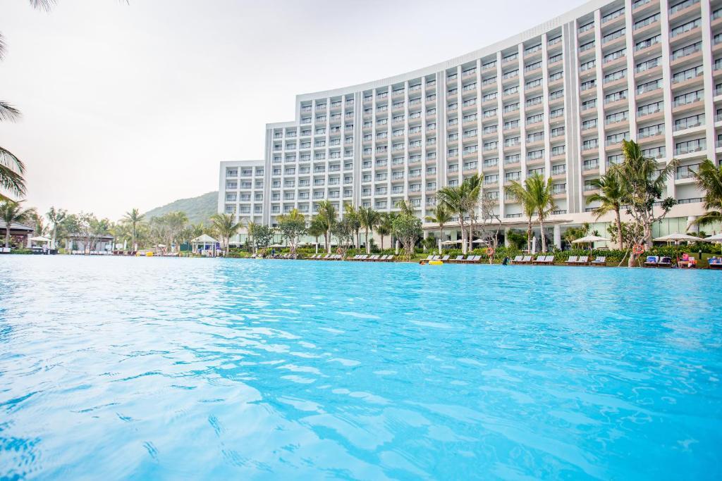 The swimming pool at or close to Vinpearl Resort & Spa Nha Trang Bay