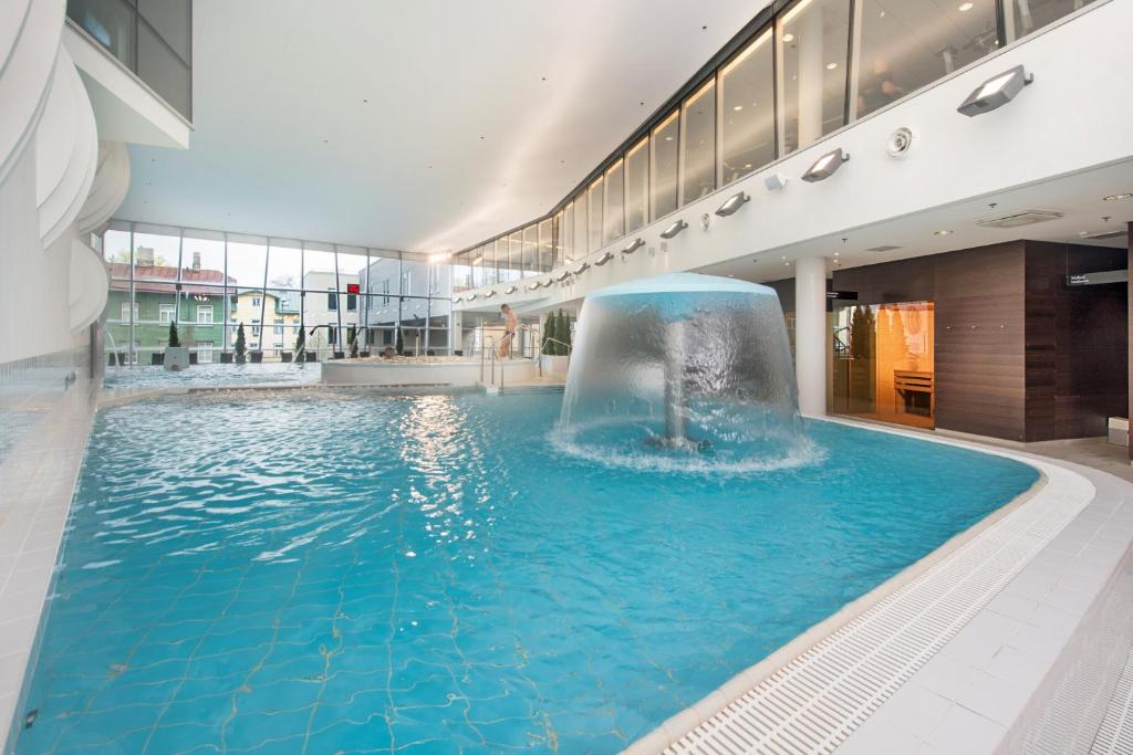 Baseinas apgyvendinimo įstaigoje Park Inn by Radisson Meriton Conference & Spa Hotel Tallinn arba netoliese