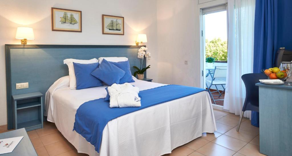 A bed or beds in a room at Hotel Platja d'Aro