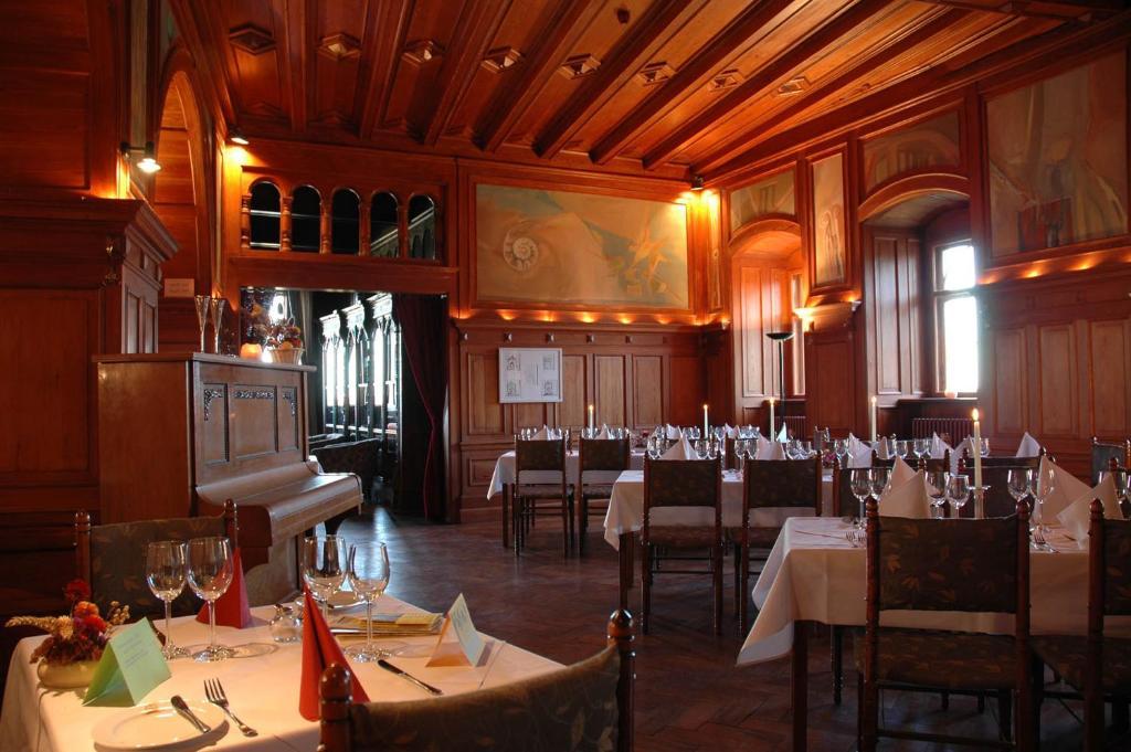 Ein Restaurant oder anderes Speiselokal in der Unterkunft Schloss Herberge Hohenerxleben
