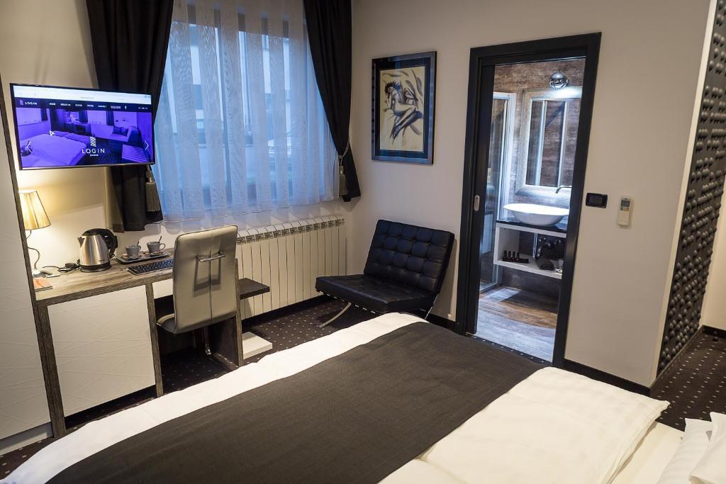 TV i/ili zabavni centar u objektu Log In Rooms