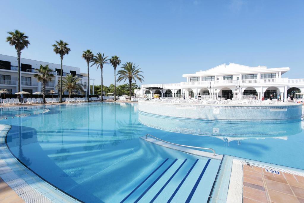 Het zwembad bij of vlak bij Grupotel Mar de Menorca