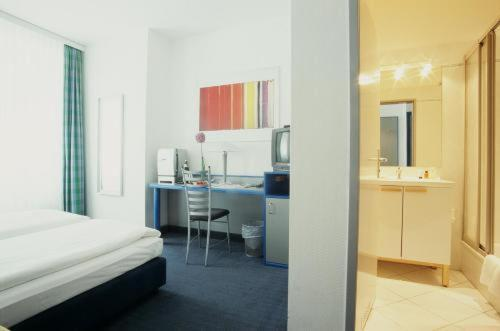 A kitchen or kitchenette at Hotel Alt - Tegel