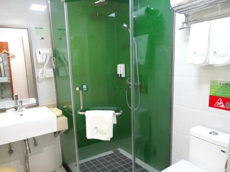 A bathroom at Vatica Jiangsu Lianyungang Haizhou District Government Zhongyin Mingdu Hotel