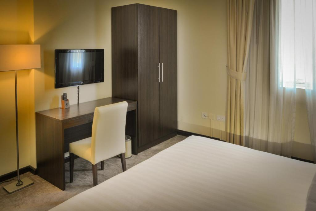 A television and/or entertainment center at Golden Ocean Hotel