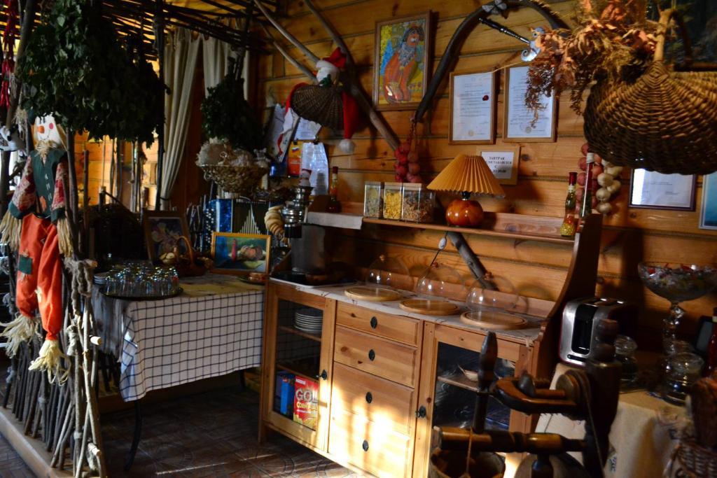 Кухня или мини-кухня в Uyutniy Dom Inn