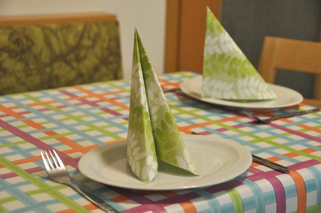 Ein Restaurant oder anderes Speiselokal in der Unterkunft Ferienwohnung Blaumeise