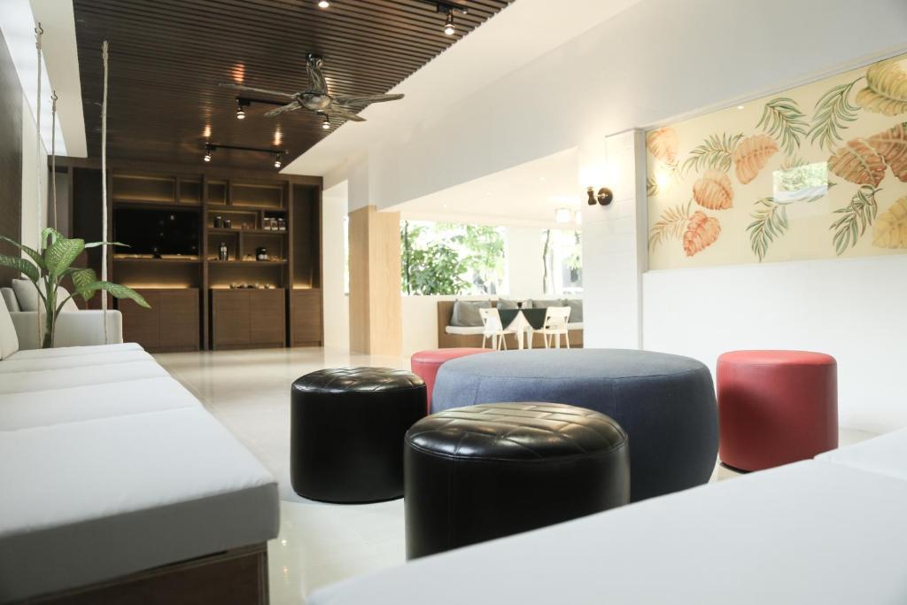 A seating area at Hotel De Karon