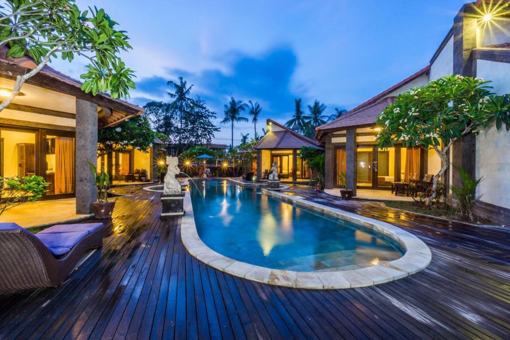Der Swimmingpool an oder in der Nähe von Pondok Baruna Frangipani